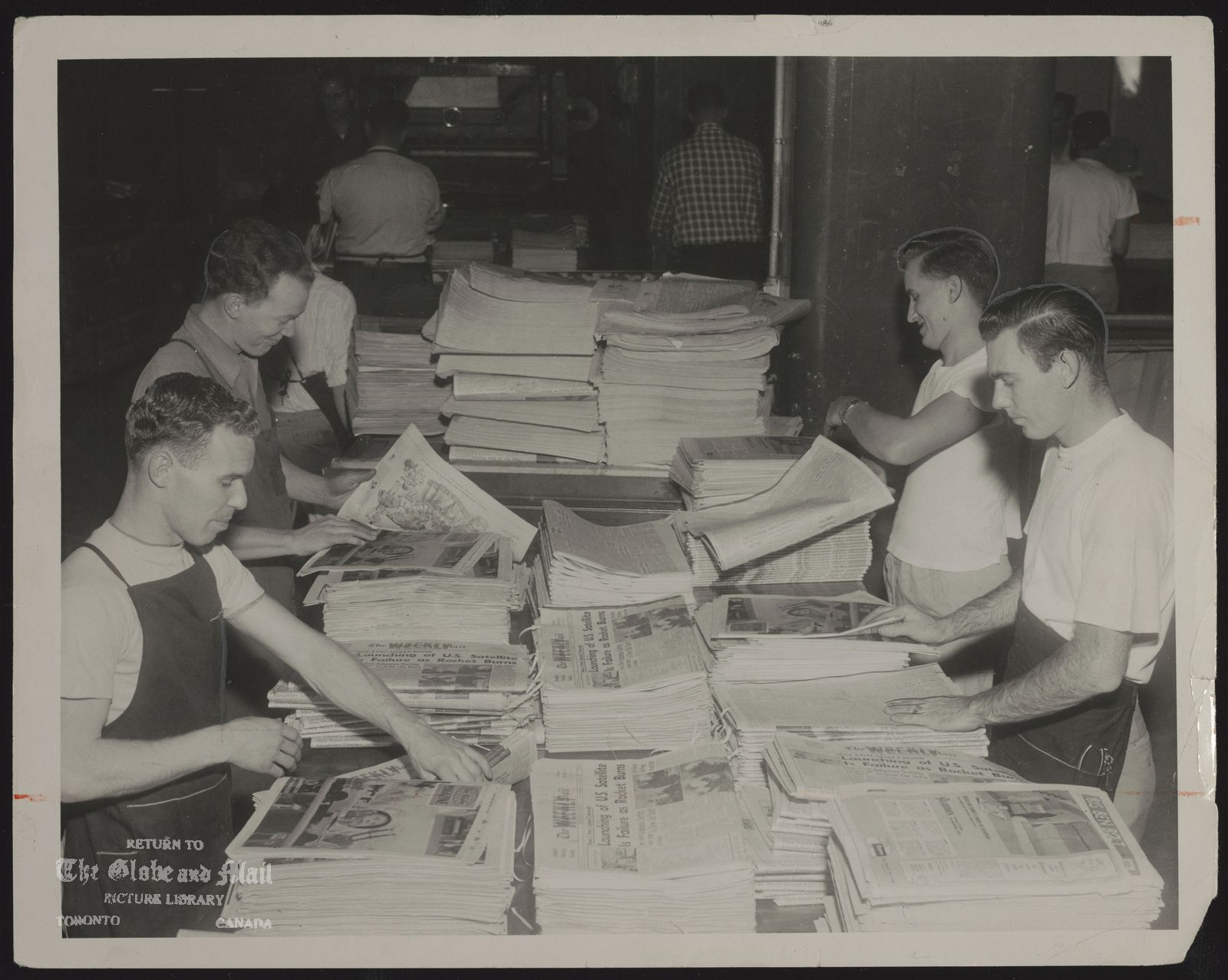 TORONTO GLOBE AND MAIL - HISTORICAL - PRODUCTION Production team assembling the Saturday, December 7, 1957 edition.