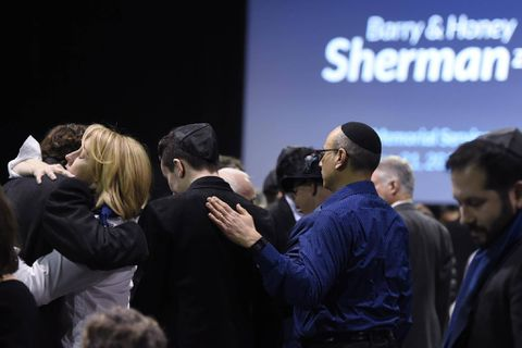 Thousands gather to pay tribute to Barry and Honey Sherman
