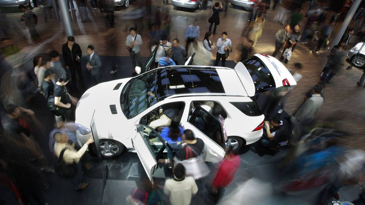 Visitors surround a Mercedes-Benz ML 350 4MATIC.