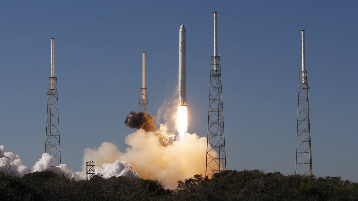 SpaceX's Falcon 9 rocket with the Dragon capsule lifts off from launch complex 40 at the Cape Canaveral Air Force station in Cape Canaveral, Florida December 8, 2010.
