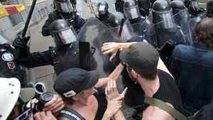 Police officers scuffle with demonstrators during a protest of the G20 summt in Toronto June 26, 2010.