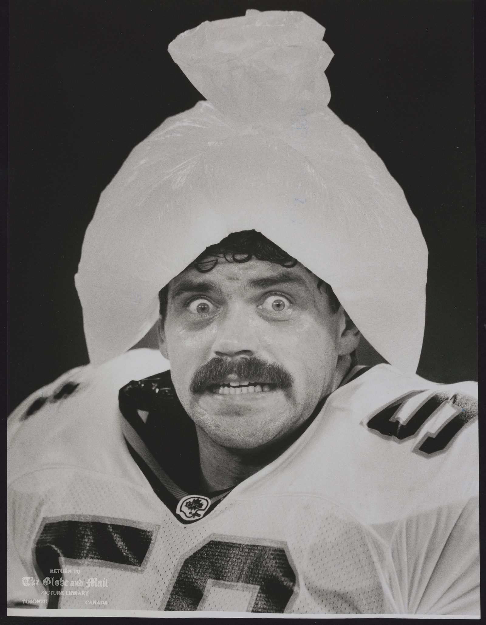 BRITISH COLUMBIA LIONS FOOTBALL TEAM BC LIONS' GUARD ROB SMITH TRIES TO BEAT THE HEAT AT THE SKYDOME LAST NIGHT BY PUTTING AN ICE BAG ON HIS HEAD. THE LIONS PUT THE HEAT ON THE TORONTO ARGONAUTS, BEATING THEM 40-27.