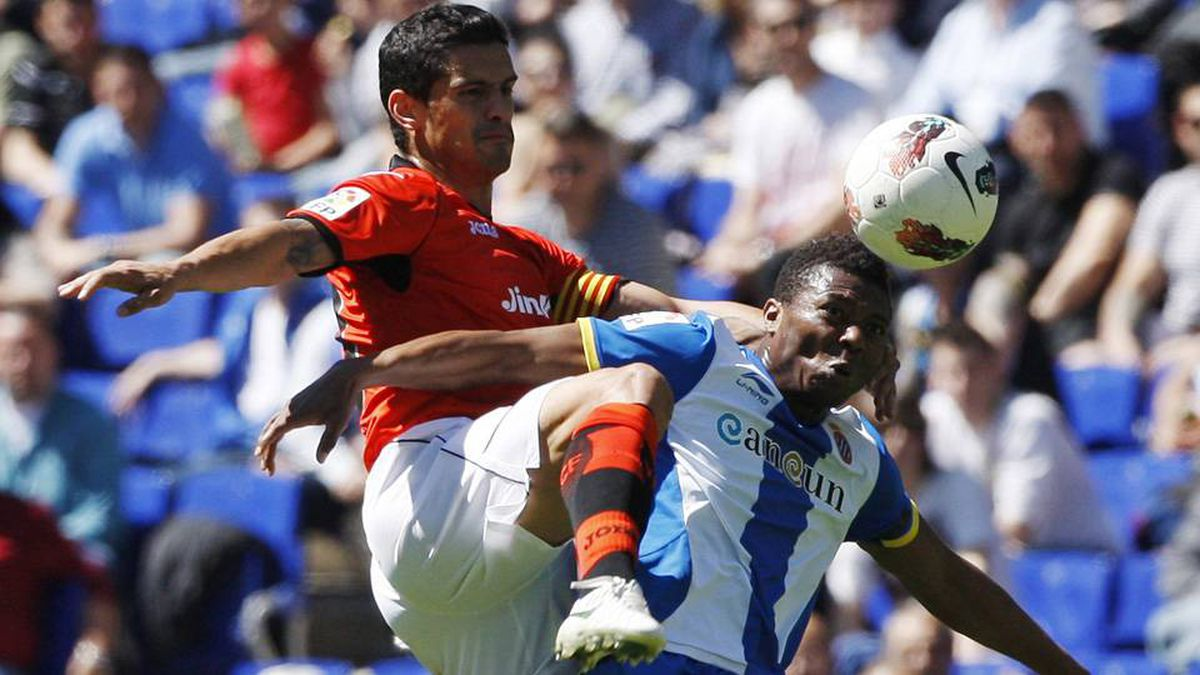 Espanyol's Kalu Uche, right, fights for the ball with Valencia's Ricardo Costa during their Spanish first division soccer league match at Cornella-El Prat stadium, near Barcelona on Sunday.