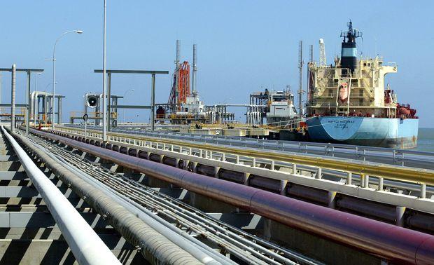 U.S. oil refineries scramble as White House eyes Venezuela sanctions