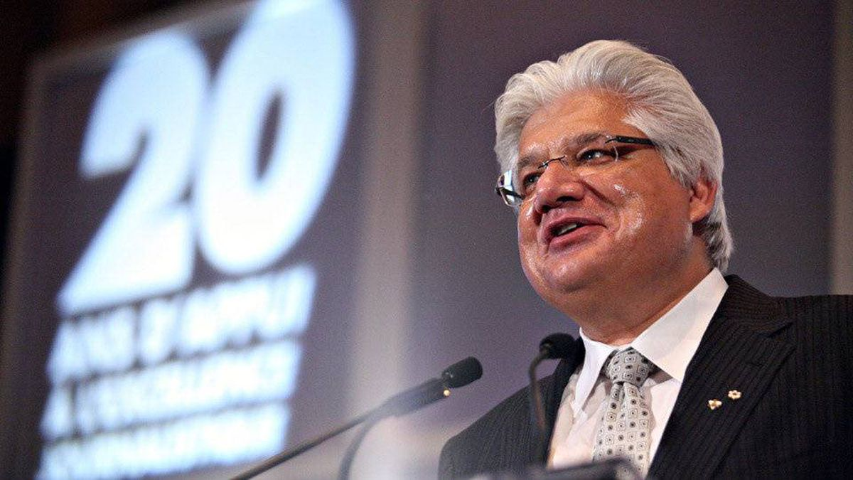 Co-CEO of Research In Motion Mike Lazaridis accepts the Canadian Journalism Foundation Honorary Tribute at the foundation's 13th annual awards gala.