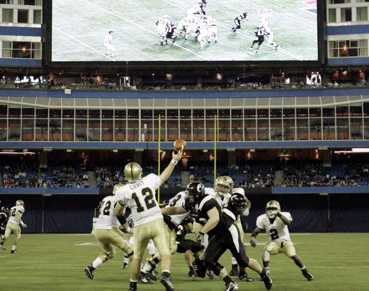 Western Michigan University Broncos quarterback Ryan Cubit (12) throws a pass against the University of Cincinnati Bearcats during the second half of their inaugural NCAA International Bowl football game in Toronto January 6, 2007. REUTERS/Mike Cassese